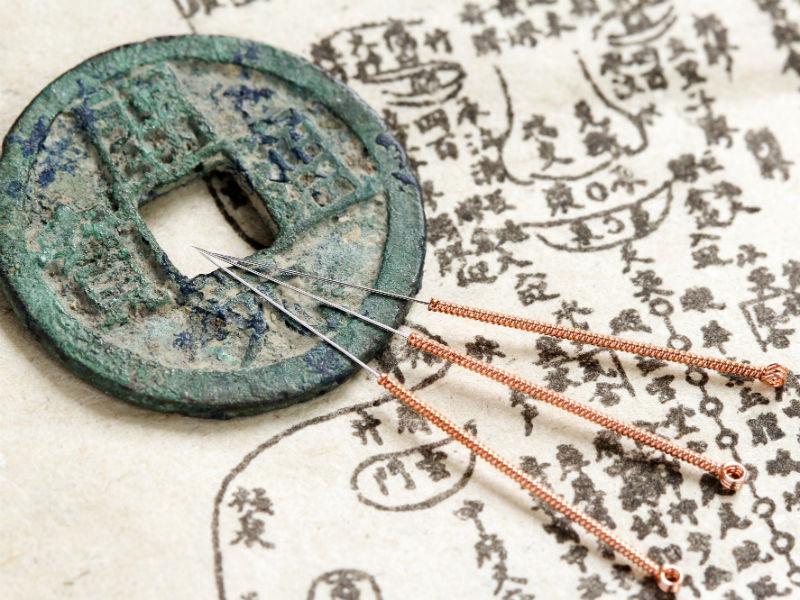 Depuis des millénaires, les Chinois se transmettent, de génération en génération, leurs méthodes et leurs théories en médecine.